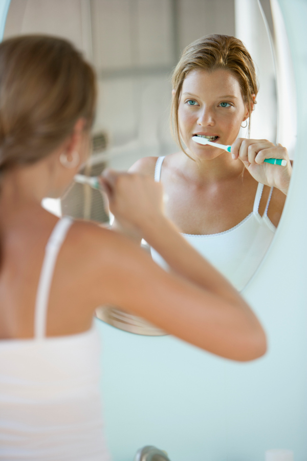 Are We Brushing Our Teeth Wrong? Dentists Explain — HealthDigezt.com