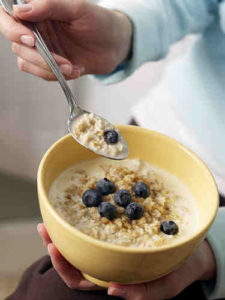 02-woman-eating-oatmeal-lgn-90616158