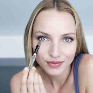woman-applying-concealer